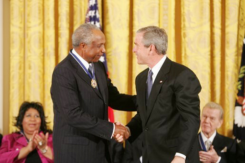 Frank Robinson presented with Medal Of Freedom.
